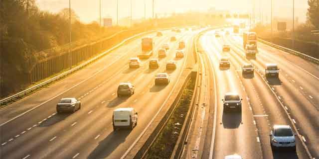 Autos fahren bei Hitze auf einer Autobahn