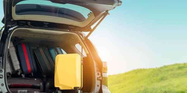 Koffer im Autokofferraum